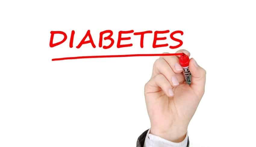 photo montrant une main entrain d'écrire le mot diabète