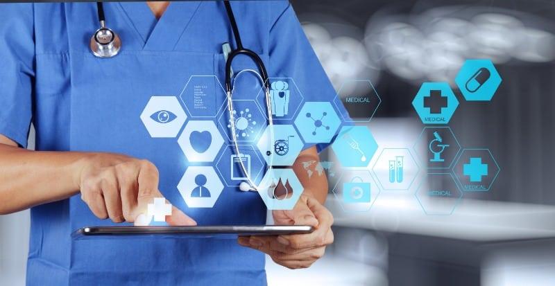 Médecin utilisant une tablette moderne