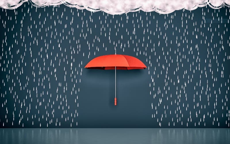 Parapluie rouge couvrant une partie du sol
