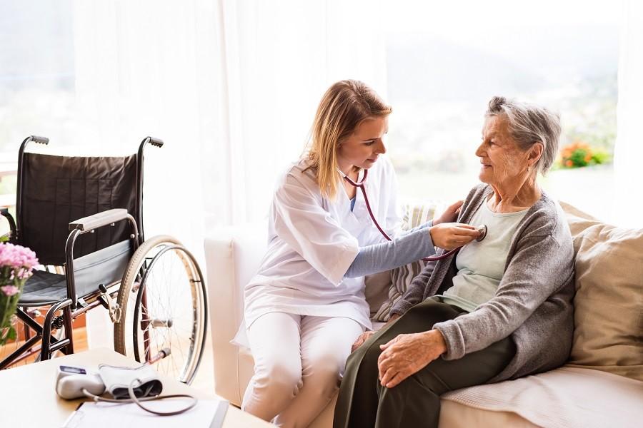 Soins infirmiers à domicile avec une infirmière libérale