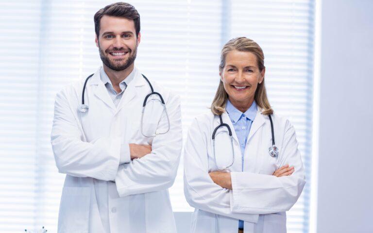 Deux médecins en blouse